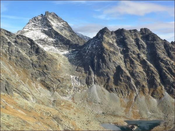 Vysoká a Ťažký štít (vlevo), vpravo Kôpky a Popradský hrebeň z Volovca mengusovského