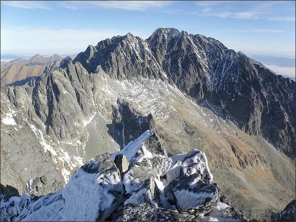 Zadný Gerlachovský štít (vlevo), Gerlachovské sedlo a Gerlachovský štít nad Batizovskou dolinou