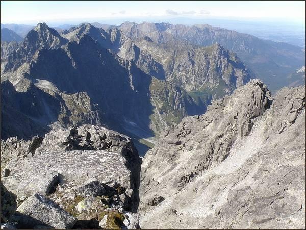 Pohled ze Zadného Gerlachovského štítu do Kačacej doliny. Vpravo (uprostřed snímku) Mlynár