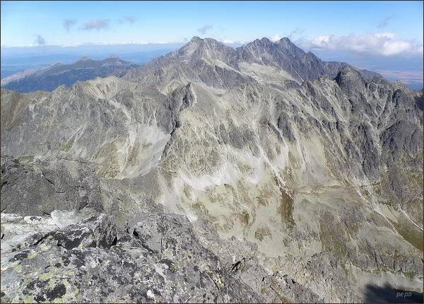 Pohled ze Zadného Gerlachovského štítu k východu. Na horizontu uprostřed Ľadové štíty, vpravo Pyšné štíty a Lomnický štít