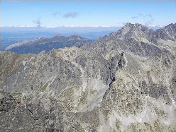 Pohled ze Zadného Gerlachovského štítu k Belianskym Tatrám. Vpravo Ľadové štíty,v popředí sedlo Poľský hrebeň a Východná Vysoká. Uprostřed snímku Svišťový štít