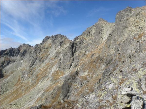 Mengusovské štíty z Volovcového sedla. Vlevo Čubrina, vpravo Hincova veža