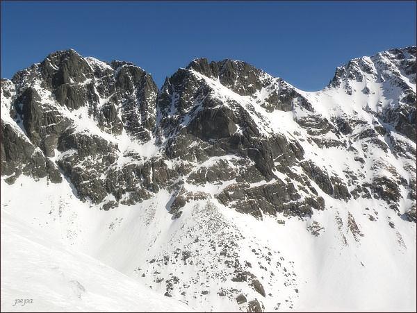 Prostredný Mengusovský štít (uprostřed) nad Hincovou kotlinou