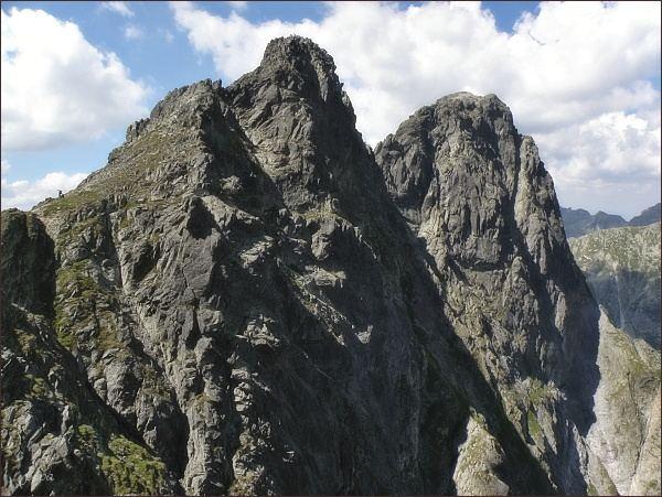 Prostredný Mengusovský štít (nejblíže) nad Mengusovským sedlom