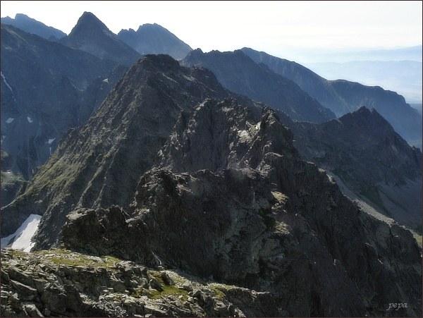 Prostredný Mengusovský štít (v popředí) z Veľ. Mengusovského štítu. Za ním Vých. Mengusovský štít