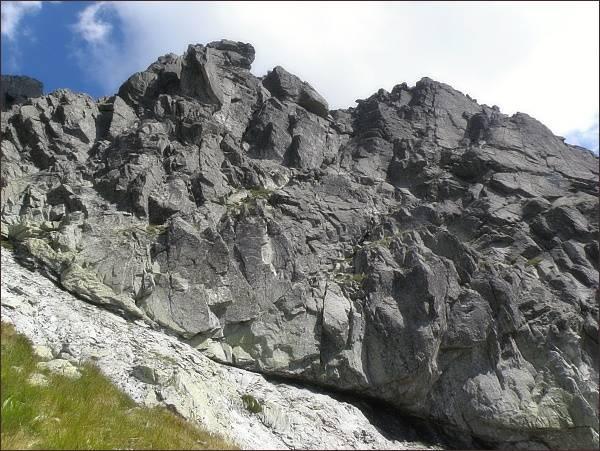 Stěny Prostredného Mengusovského štítu nad  Prostrednou Mengusovskou rampou