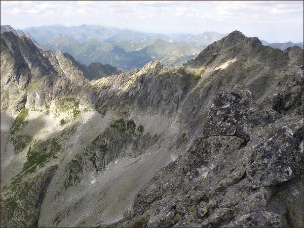 Temnosmrečinské sedlo z Prostredného Mengusovského štítu. Vpravo Čubrinka a Čubrina