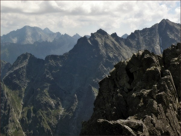 Pohled z Prostredného Mengusovského štítu k východu. V nejbližším hřebeni zleva Veľký Žabí štít, Spádová kopa, Malé Rysy a Rysy. Vlevo nejdále Ľadové štíty