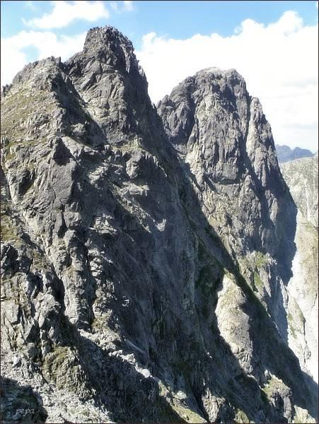 Veľký Mengusovský štít (vpravo) od Mengusovského sedla