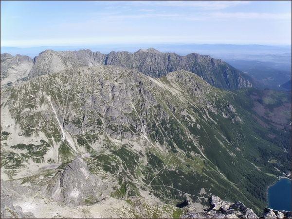 Pohled z Veľkého Mengusovského štítu k severu. Na zadním horizontu Grzbiet Wołoszyna, v popředí Opalony Wierch
