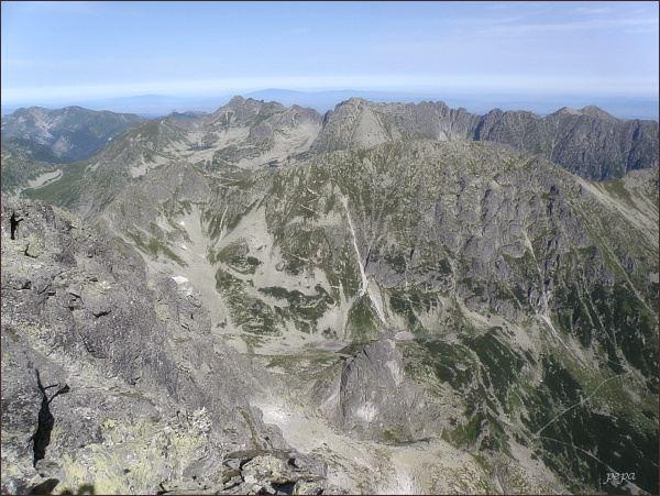 Pohled z Veľkého Mengusovského štítu k severu. V popředí vlevo Hrubý štít a sedlo Szpiglasowa Przełęcz. Vpravo Opalony Wierch. Na zadním horizontu uprostřed Świnica, vpravo od ní sedlo Zawrat