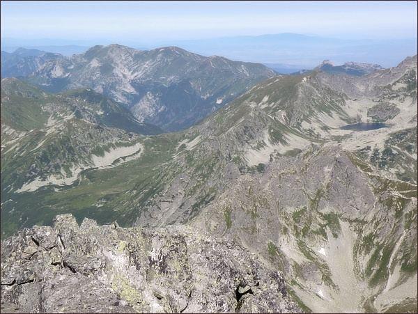 Pohled z Veľkého Mengusovského štítu k severozápadu. V popředí Hrubý štít, uprostřed snímku sedlo Závory. Na zadním horizontu vlevo Czerwone Wierchy