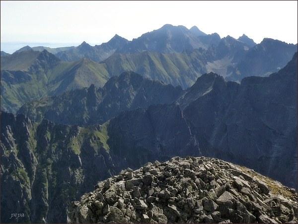 Pohled z Veľkého Mengusovského štítu k východu. V popředí vpravo Veľký Žabí štít, za ním vlevo Mlynár. Na horizontu Ľadové štíty