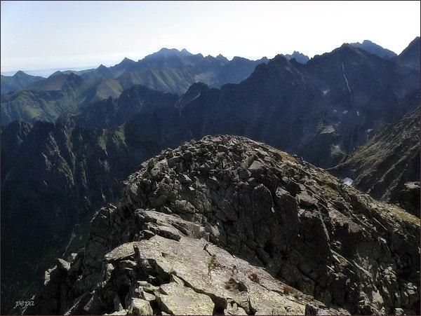 Pohled z Veľkého Mengusovského štítu k východu. Na horizontu Ľadové štíty, vpravo Gerlachovský štít