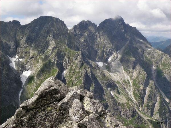 Východný Mengusovský štít (vlevo) od severu,  Kazalnica Mięguszowiecka