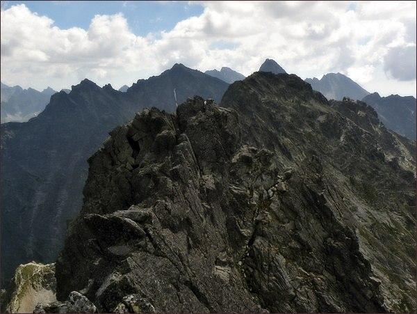 Východný Mengusovský štít (uprostřed) z Prostredného Mengusovského štítu