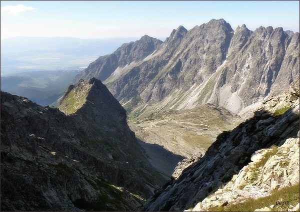 Pohled z Východného Mengusovského sedla. Vlevo Volovec mengusovský, v pozadí Hrebeň Bášt