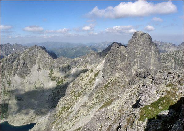 Prostredný (nejblíže) a Veľký Mengusovský štít  z Vých. Mengusovského štítu. Vlevo Kôprovský štít