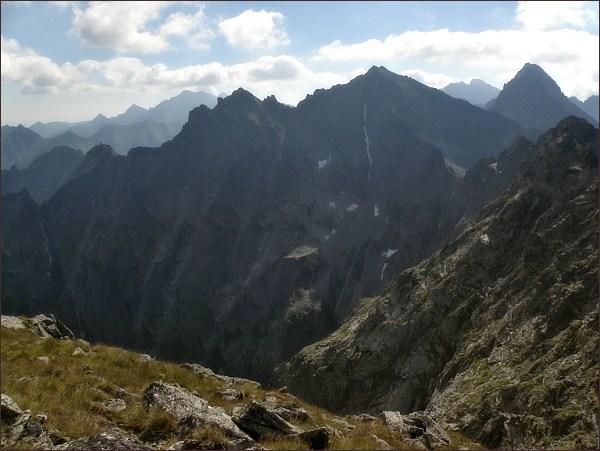 Pohled z Východného Mengusovského štítu k východu. Na prvním horizontu zleva Veľký Žabí štít, Spádová kopa, Malé Rysy, Rysy. Vpravo Vysoká