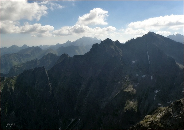 Pohled z Východného Mengusovského štítu k východu. Na prvním horizontu zleva Žabí MNích, Veľký Žabí štít, Spádová kopa, Malé Rysy a Rysy