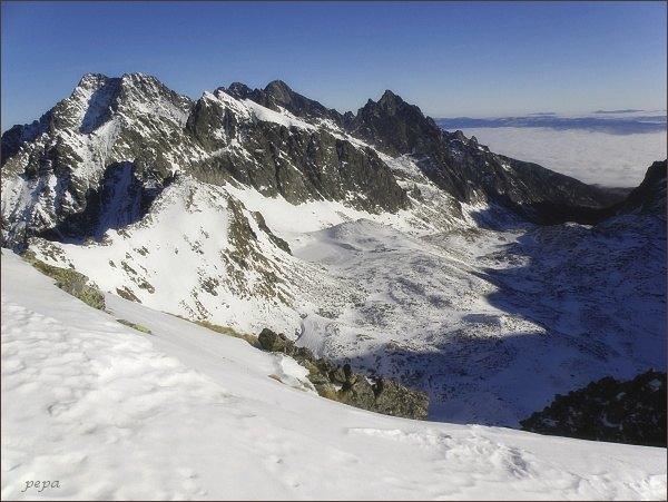 Ľadové a Javorové štíty z Malého Svišťového štítu.V pozadí Pyšný a Lomnický štít. Vpravo Prostr. hrot