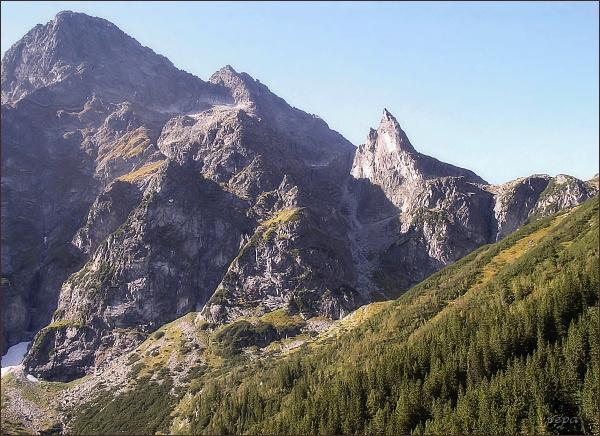 Čubrina (uprostřed) z Doliny Rybiego Potoku. Vlevo Veľký Mengusovský štít. Mezi nimi níže Wielka Galeria Cubryńska. Vpravo Mnich