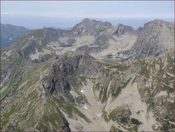 Dolina Pięciu Stawów Polskich z Čubriny. V popředí sedlo Szpiglasowa Przełęcz, vlevo od sedla Hrubý štít. Na obzoru uprostřed Świnica