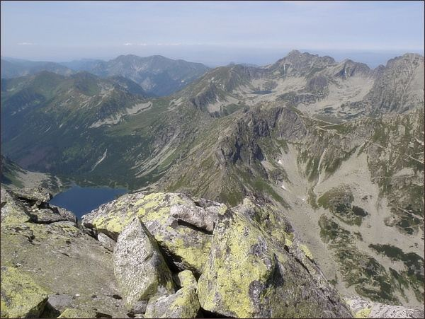 Pohled z Čubriny k severozápadu. Vlevo Temnosmrečinská dolina, uprostřed Hrubý štít. Vpravo na horizontu nejvyšší Świnica, vlevo Czerwone Wierchy