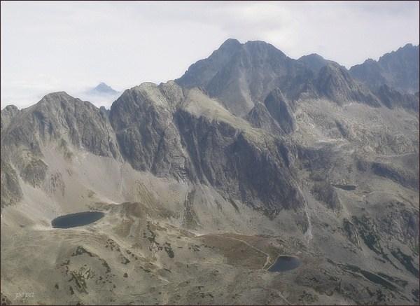 Javorové štíty (Malý vlevo) z Bradavice. V pozadí Ľadové štíty