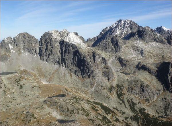 Javorové štíty (Malý vlevo) z Východnej Slavkovskej veže. Vpravo Ľadové štíty
