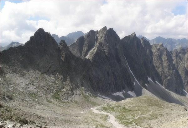 Javorové štíty (uprostřed) nad Javorovou dolinou. Vlevo Ostrý štít, vpravo Malý Javorový štít