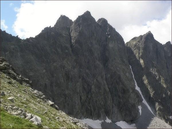 Javorové štíty nad Javorovou dolinou. Vlevo Zadná veža, vpravo Malý Javorový štít
