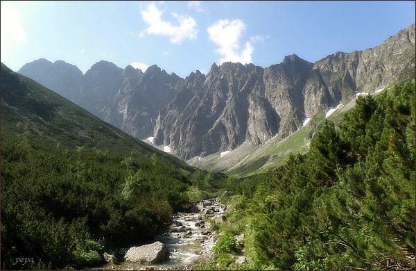 Javorové štíty (vlevo) a Javorové veže nad Zadnou Javorovou dolinou