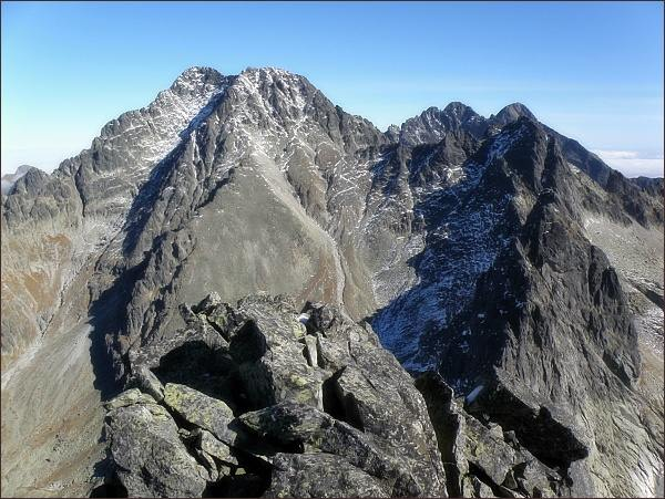Ľadové štíty z Javorového štítu. Vpravo nejblíže Ostrý štít, za ním Široká veža. Vpravo na horizontu Pyšné štíty a Lomnický štít
