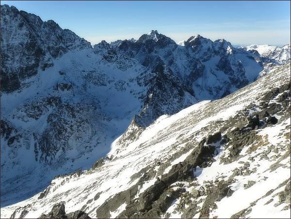 Kupola. Pohled k sedlu Poľský hrebeň. Dále v hlavním hřebeni Vysokých Tatier Velický štít a Litvorový štít. Na horizontu Vysoká a Rysy