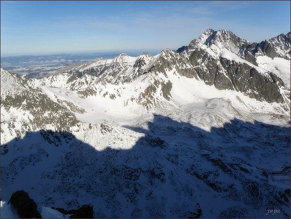 Závěr Veľkej Studenej doliny z Kupole. Blíže Javorové štíty, za nimi Ľadové štíty