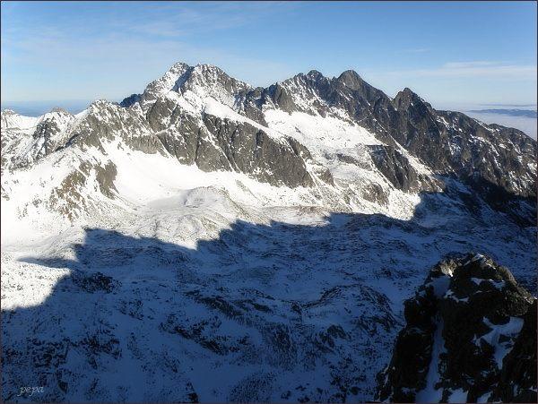 Veľká Studená dolina z Kupole. Blíže Javorové štíty, na zadním horizontu Ľadové štíty, Pyšné štíty a Lomnický štít. Vpravo Prostredný hrot