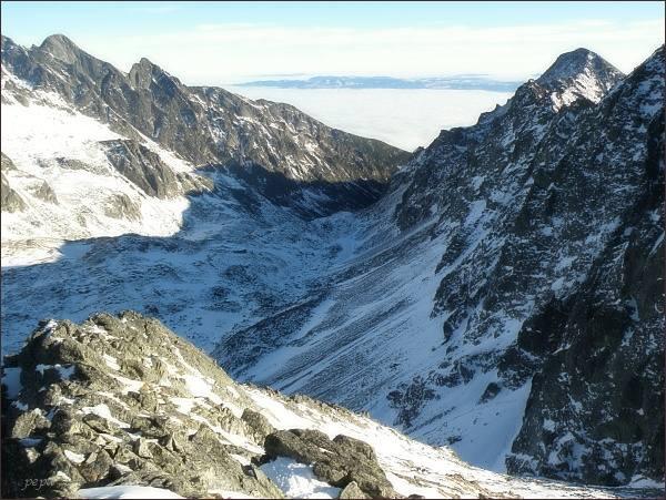 Veľká Studená dolina z Kupole. Zleva Lomnický štít, Prostredný hrot. Vpravo Slavkovský štít