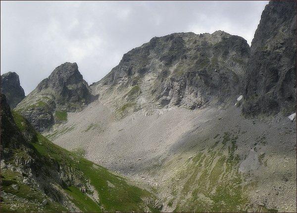 Malý Javorový štít nad Veľkou Stud. dolinou. Vlevo sedlo Malý Závrat, Kresaný roh a Rovienková veža