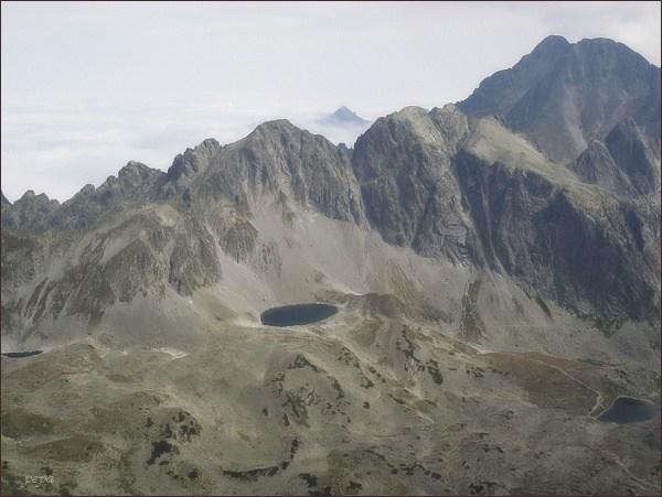 Javorové štíty nad Veľkou Studenou dolinou (Malý Javorový štít vlevo). Pohled z Bradavice