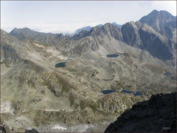 Javorové štíty nad Veľkou Studenou dolinou (Malý Javorový štít vlevo), pohled z Bradavice. Vlevo na horizontu Široká, vpravo Ľadové štíty