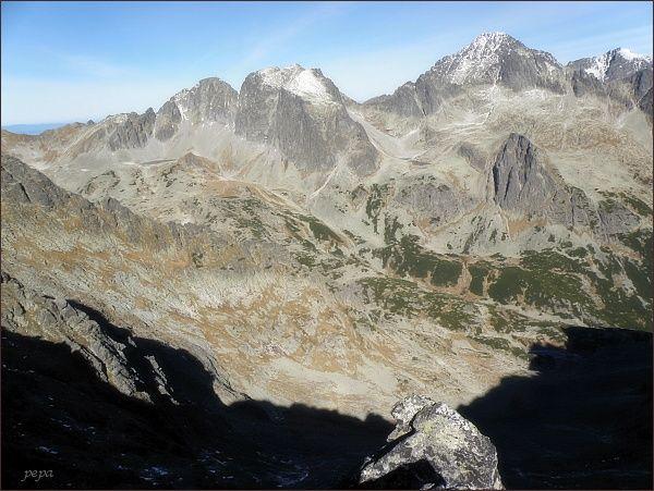 Javorové štíty (Malý vlevo) nad Veľkou Studenou dolinou. Pohled z Vareškového hrebeňa