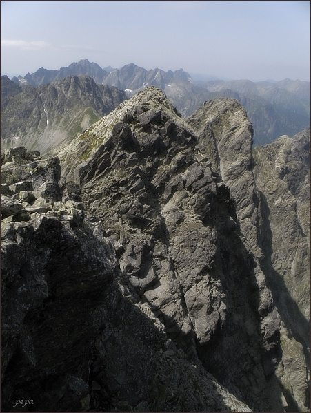 Malý Javorový štít (vpravo) z Javorového štítu. Blíže Javorový štít - z. vrchol