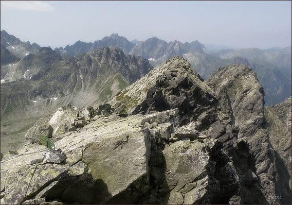Malý Javorový štít (vpravo) z východního vrcholu Javorového štítu. Blíže Javorový štít - západní vrchol