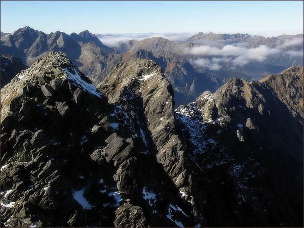 Malý Javorový štít (uprostřed) z východního vrcholu Javorového štítu. Blíže Javorový štít - záp. vrchol