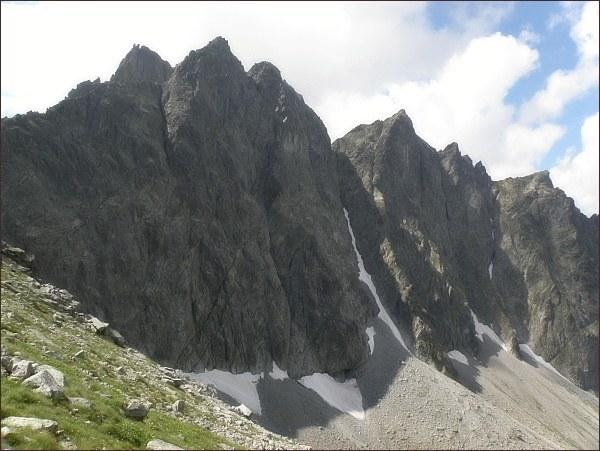 Malý Javorový štít (uprostřed, vpravo nad Javorovou škárou) nad Javorovou dolinou