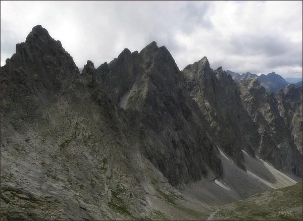 Javorové štíty (Malý uprostřed, vpravo nad Javorovou škárou) nad Javorovou dolinou. Vlevo Ostrý štít