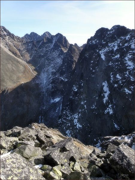 Pohled z Malého Javorového štítu k Sedielku. Zprava západní a východní vrchol Javorového štítu, Ostrý štít, Široká veža a Sedielko. Na horizontu Pyšné štíty a Lomnický štít