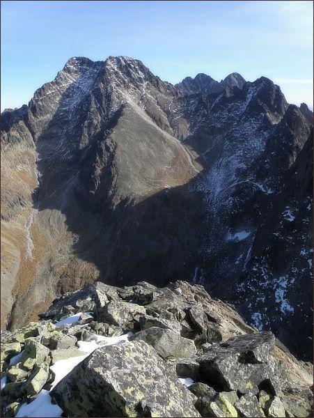 Pohled z Malého Javorového štítu k Sedielku. Zprava Ostrý štít, Široká veža, Sedielko, Malý Ľadový štít, Ľadový štít