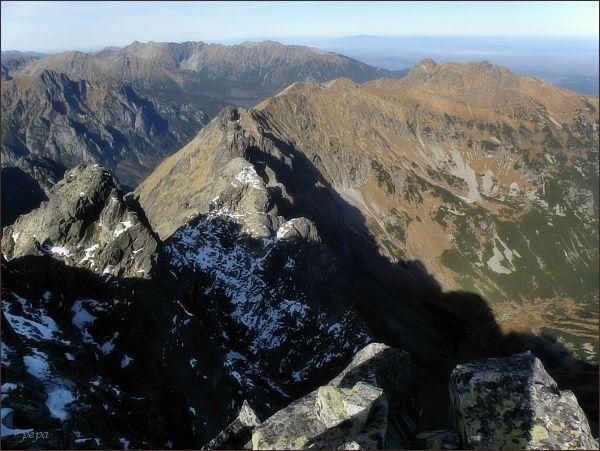 Javorový hrebeň z Malého Javorového štítu. Vlevo Zadná Javorová veža, uprostřed Predná Javorová veža, vpravo Široká